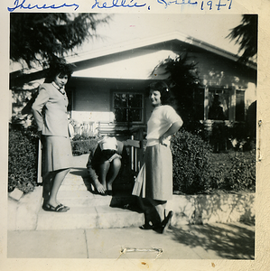 1947-theresa-nellie-josie-front-of-house