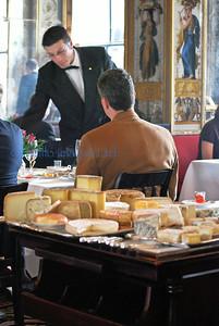 Une peu du fromage?