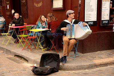 Homme heureux -- Montmartre