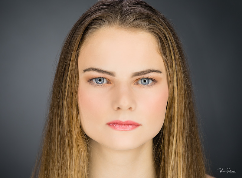 New model in my studio recently to get her first portfolio headshots.  For those of you old enough to remember...what famous model/actress does she favor?    ..................................................................  .................................................................