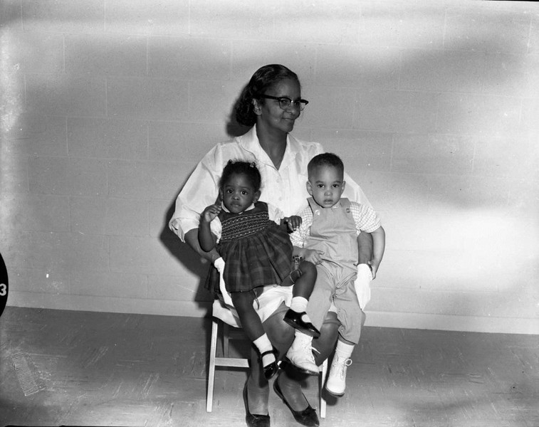 Louise Davis with two children (03461)
