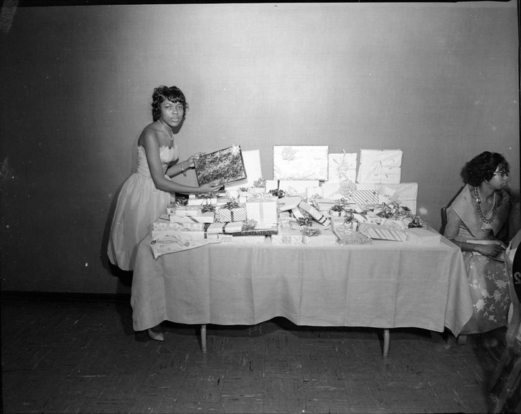 Table with Gifts (03471)