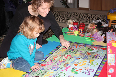 20110114 Sophia and Mimi -Dora Puzzle 006