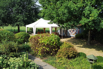 Wedding day-1: Preparations in the garden. The sun is still shining very brightly and the temperature is rising...
