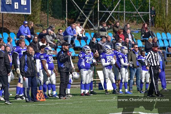 De Arnhem Falcons' Offense kijkt aan de zijlijn hoe de Defense zich weert tegen de 010 Trojans.