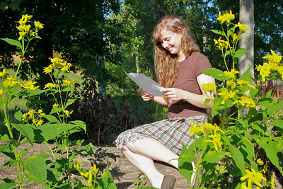 Student Kendra Bragg reading a letter.