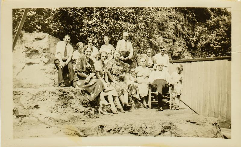 Howard Redfern, --- Charlie Redfern, Effie Grey, Templeton Redfern, Mae Waddell, Pauline, Jennie, Jessie, Edward