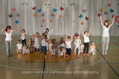 "Nokian Pyryn voimistelujaoston kevätnäytös 23.5.2010 - Nokian Pyry Gymnastics section springshow  23. May 2010. Photo 068 .: 5-6v Jumppakoulu ""Luurankopolkka"" - 5-6 y Gym School ""Skeleton polka"""