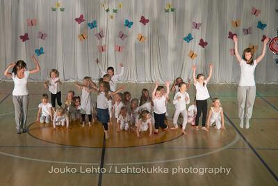 "Nokian Pyryn voimistelujaoston kevätnäytös 23.5.2010 - Nokian Pyry Gymnastics section springshow  23. May 2010. Photo 068 .: 5-6v Jumppakoulu ""Luurankopolkka"" - 5-6 y Gym School ""Skeleton polka"""