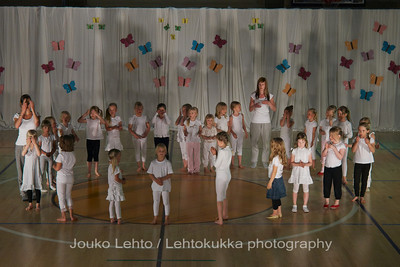 "Nokian Pyryn voimistelujaoston kevätnäytös 23.5.2010 - Nokian Pyry Gymnastics section springshow  23. May 2010. Photo 070 .: 5-6v Jumppakoulu ""Luurankopolkka"" - 5-6 y Gym School ""Skeleton polka"""