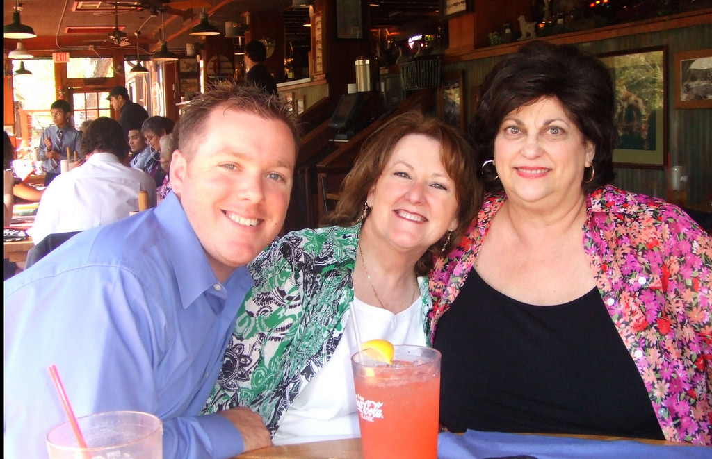 Kyle, Linnie and Lenore - County Line restaurant -  28Mar09