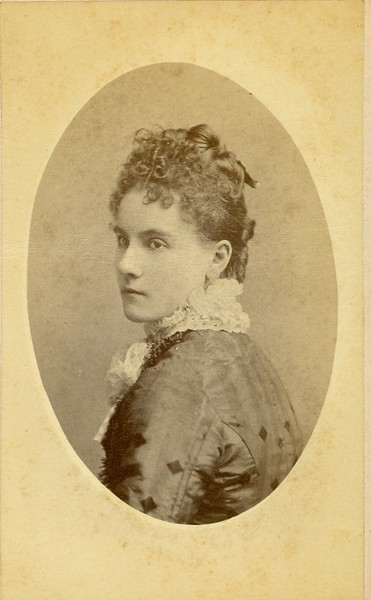 Unidentified Woman Wearing White Lace Collar (07538)