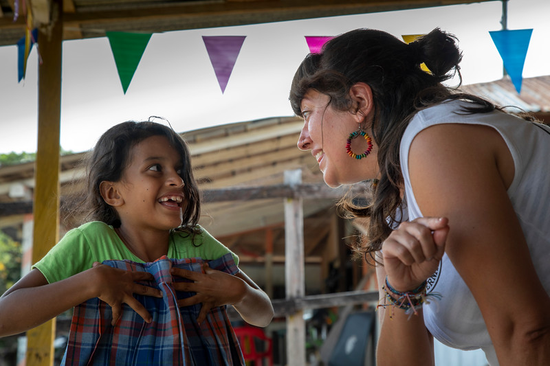 We arrive at the village and wait for the women to arrive. Many are coming from far away and will have to cross areas along rough, neglected dirt tracks. Meanwhile, Elena tells Ellen, a young girl from the village, that she comes from Spain, which surprises her a great deal. She has never met anyone from Spain before, she says.