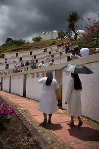 In Parque Monumento (Monument Park) the procession visited the vaults where people have stored the bones of the dead. There are more than 230 vaults in seven levels, one for each year of horror, and on them is inscribed the name of the victim with their profession or trade. This park, built by the victims in 1997, has been converted into an important space to reclaim the memory of those who were murdered.