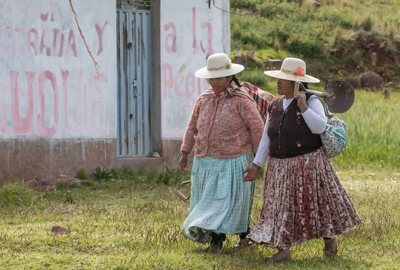 Uros women coming home from work