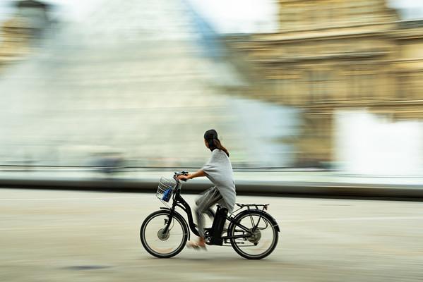 Ride arrown the Louvre