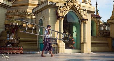 Ladder Man. Yangon, Myanmar (Birma)