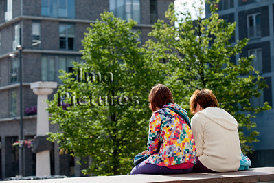 friends sitting,vrienden zitten,amies assis,genk
