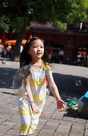 chasing soap bubbles - family photoshoot Berlin Mitte | Hackescher Markt