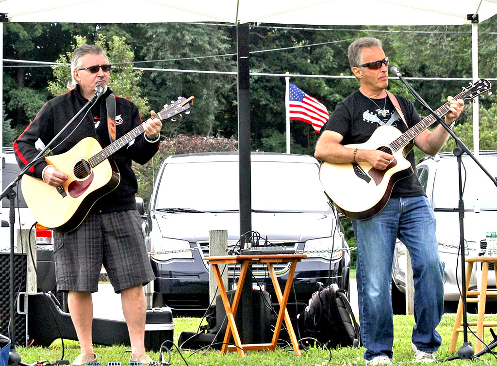 . Providing music to shop by at the Pepperell Farmers Market is the group, Currier Square, made up of Mark Porro and Vance Grazio. SUN/David H. Brow