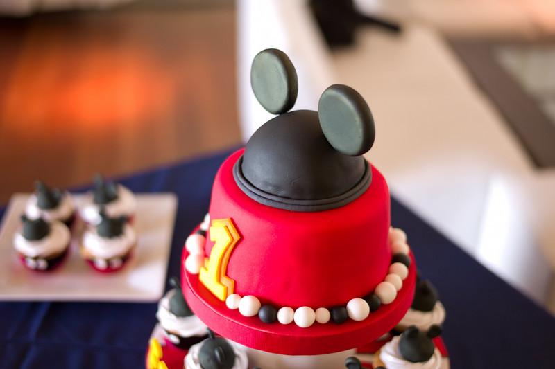 El primer Añito de Fede rodeado de muffins y torta de Mickey.