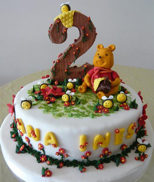 Torta de Winnie the Pooh, abejitas, flores en azúcar.