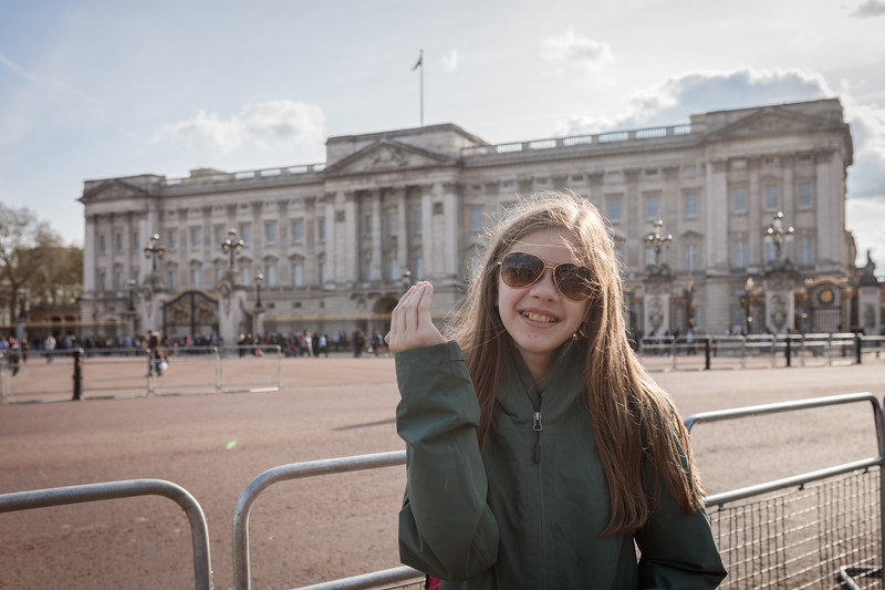 queen wave @ buckingham palace