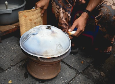 The making of 'kerak telor' traditional Jakarta dish