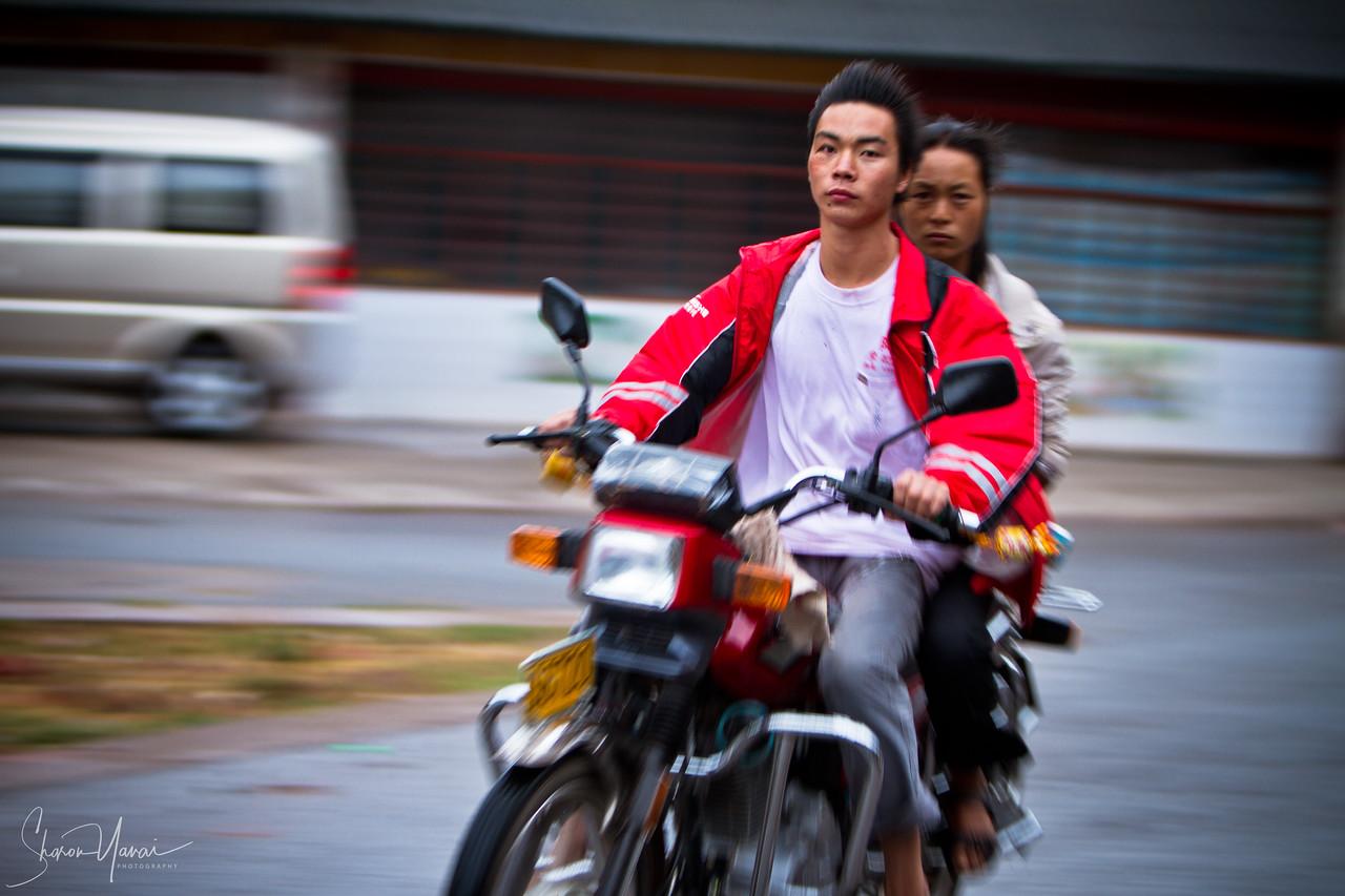 רוכבים על אופנוע בדרך לליוקו