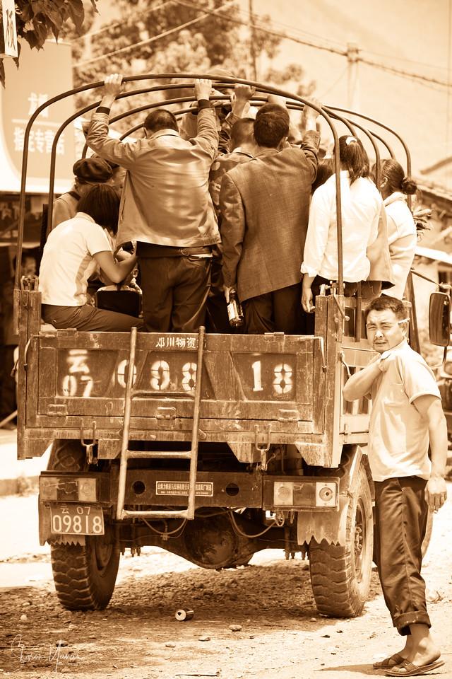 ממתינים למילוי ההסעה, לונגפאנסיאנג, סין