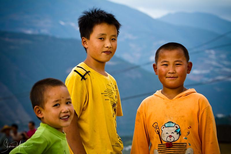 ילדים מנצלים ההזדמנות להצטלם, יונאן, סין