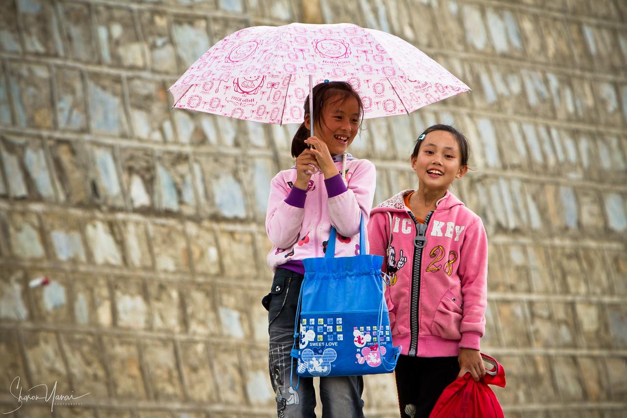ילדים צוחקים על המערביים שבאו לעבוד בטרסות האורז בכפר, יונאן, סין