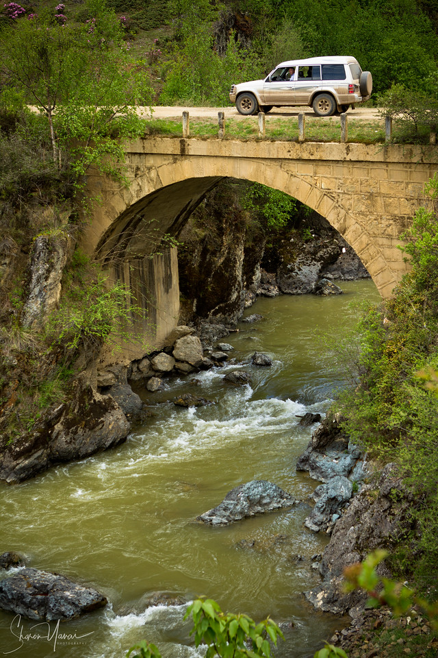גשר אבן בדרך להרים, שנגרילה, סין