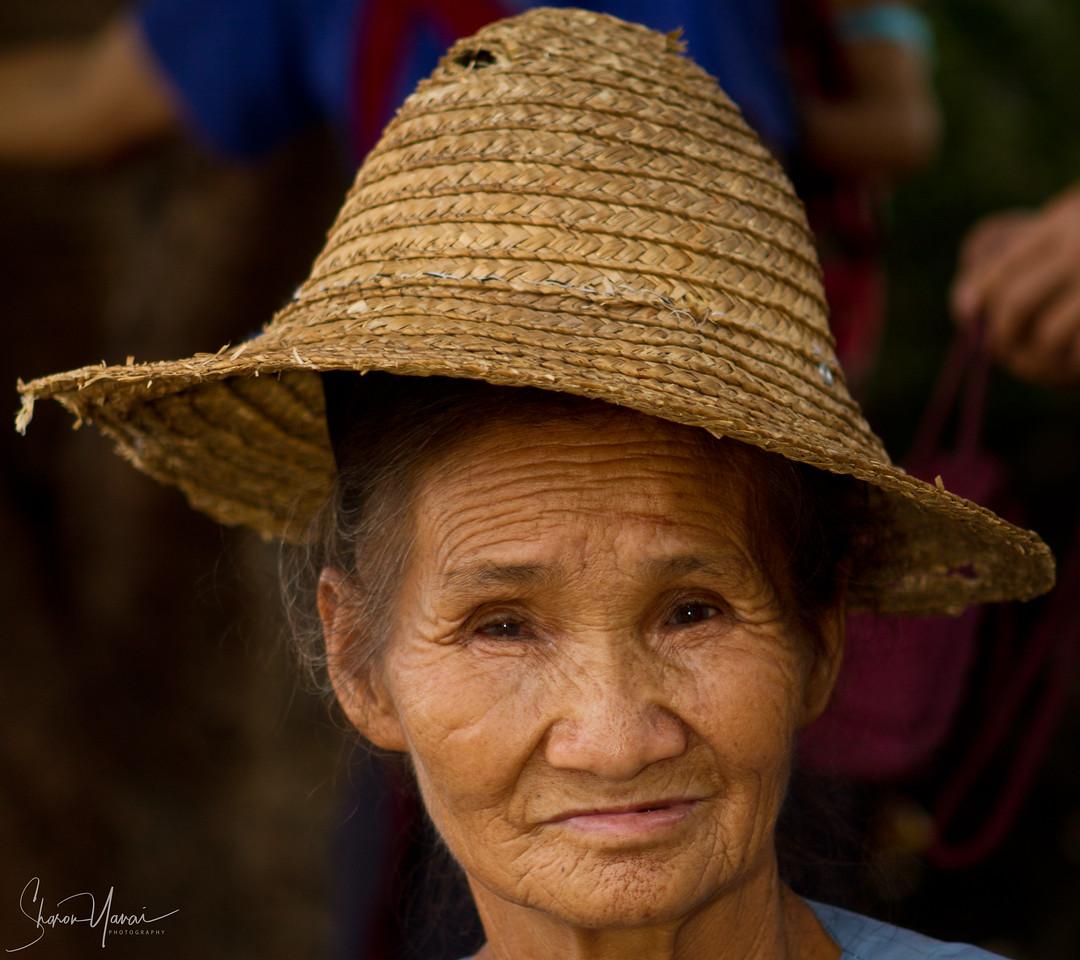 אישה סינית מוכרת ירקות בשוק