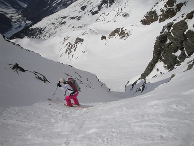 Carefully skiing down a steep couloir on one of the many good off-piste runs out of Sulden.