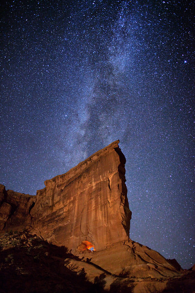 Milky Way stars over Hole in the Wall arch, Arches National Park, Utah, USA.
