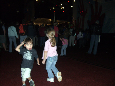 2009.09.05 - The kids dancing around before Sheryl Crow came on stage.