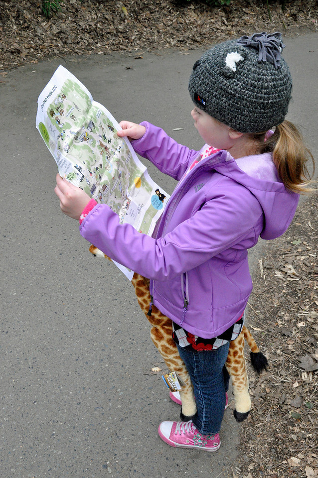 2012.04 - Zoo. Our guide choosing the route.