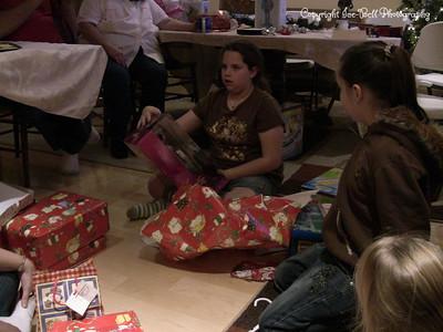20071225-ChristmasGiftsGirls-Ashlynn-16
