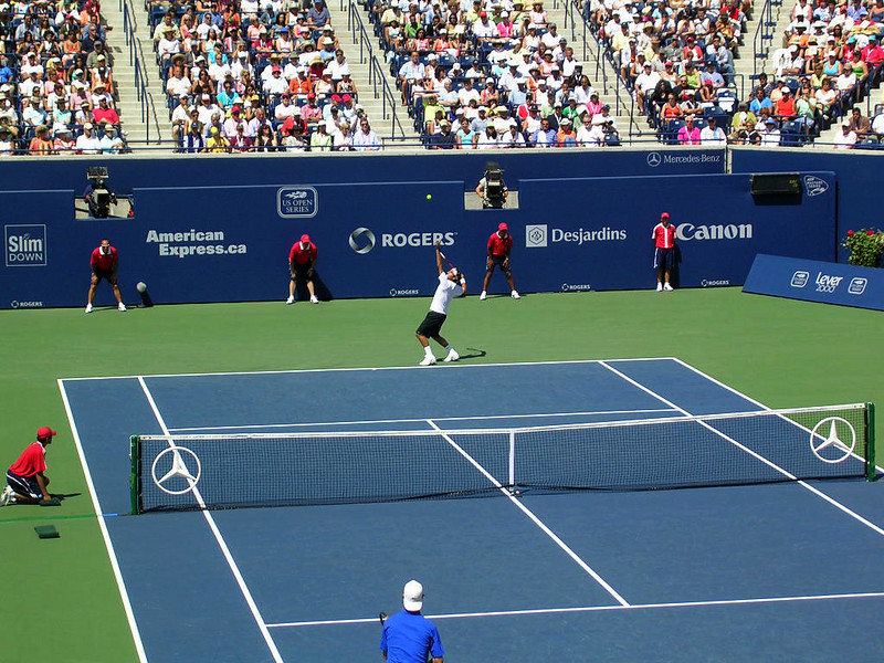 Roger Federer serves in the 2006 Rogers Cup final match.