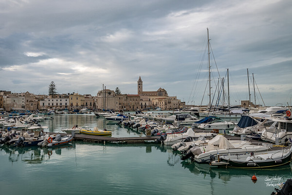 The harbor in Trani reflects an important part of Trani's history - boats, fishing and, in the background, the Cathedral of Nicola San Pellegrino.
