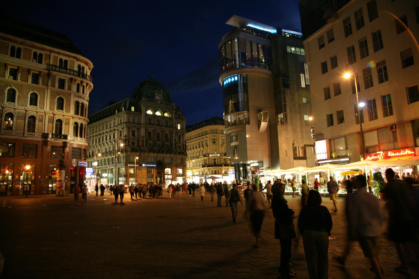 Stephensplatz at night