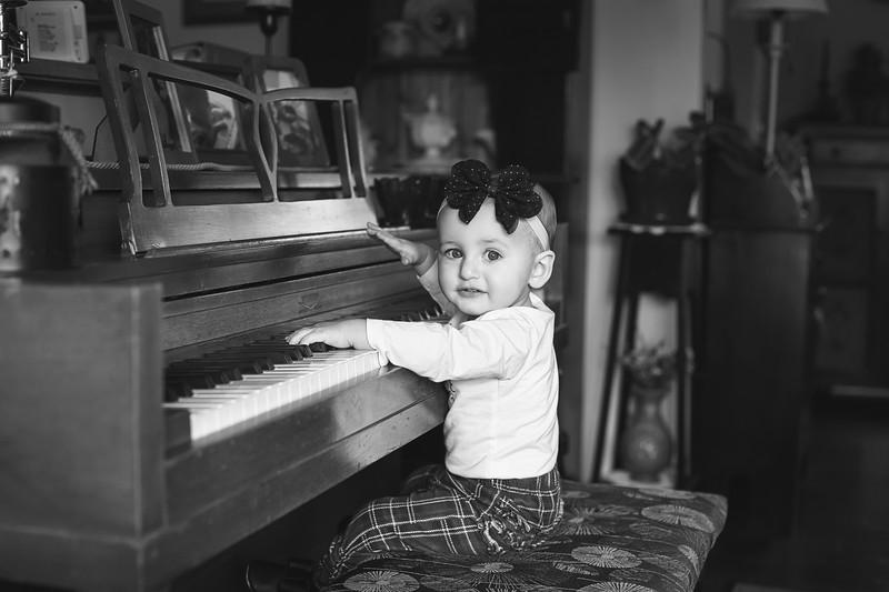 Kate Piano 2 bw