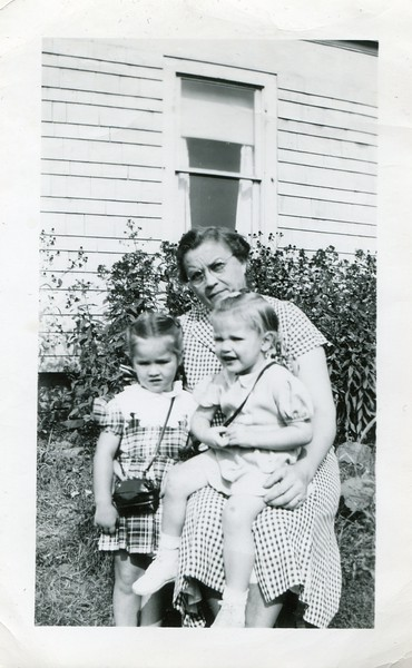 Aunt Flossie Marlene and Carol Sept 17 1948 at Alices