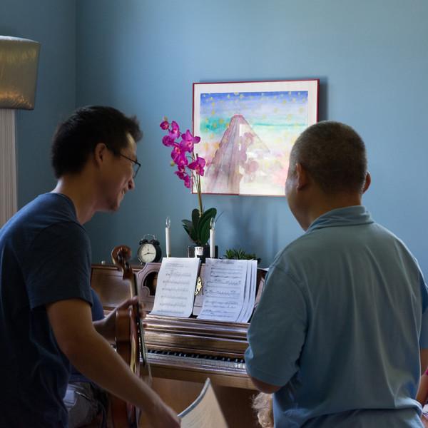 Kun and Han pick a song