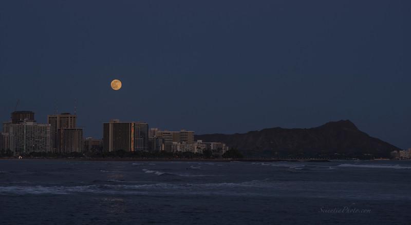 Moonrise ove Waikiki from Kaka'ako Park July 1, 2015