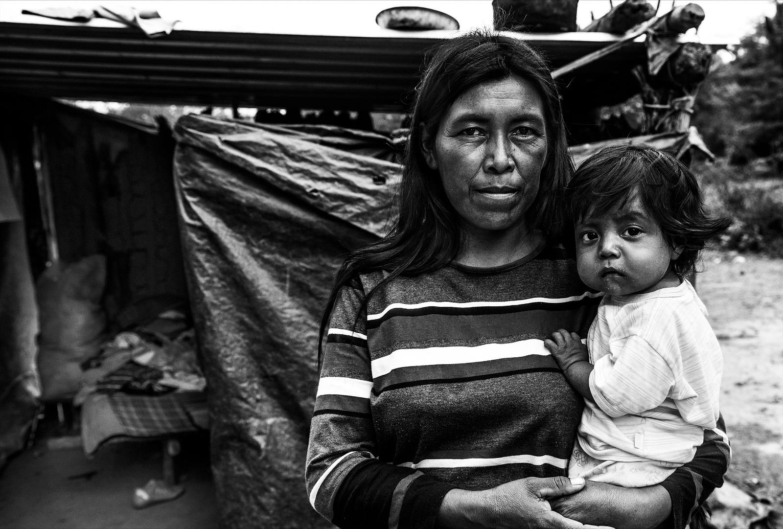 Andres y su mamá, en la puerta de su casa / Andres and his mother, at the door of their house