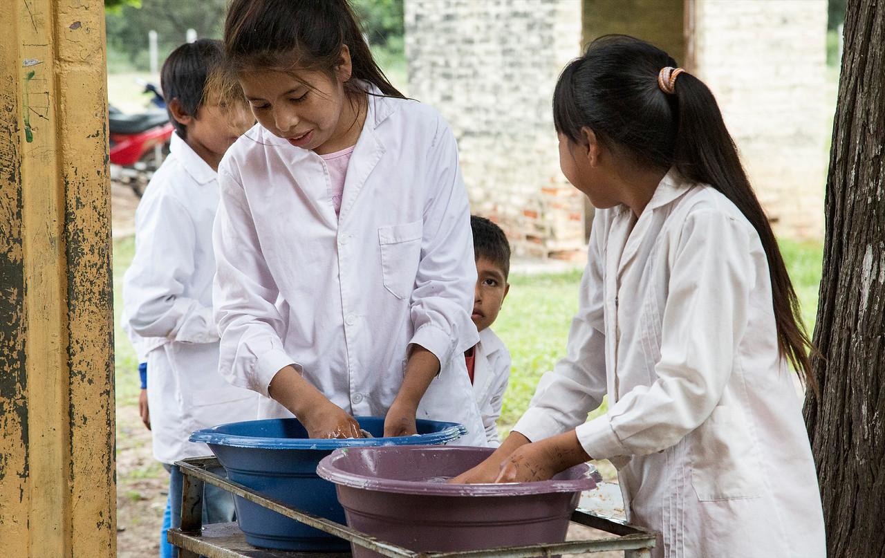 Despues del almuerzo, los niños lavan sus platos /// After lunch, kids wash their dishes.