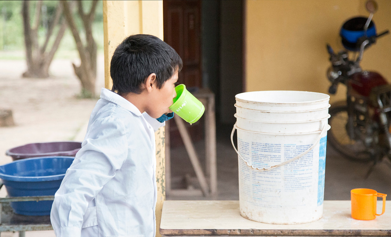 El agua para beber la colocan en un balde y los chicos pasan, agarran un vaso y beben /// Drinking water is placed in clean buckets.