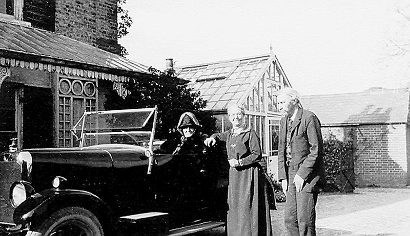 "<center><font size=3><u> - Mrs Verry in car -  </u></font> (BS0507)  Photographed in front of Observatory House. See page 112 of ""Benson – A Century of Change"" <center>"